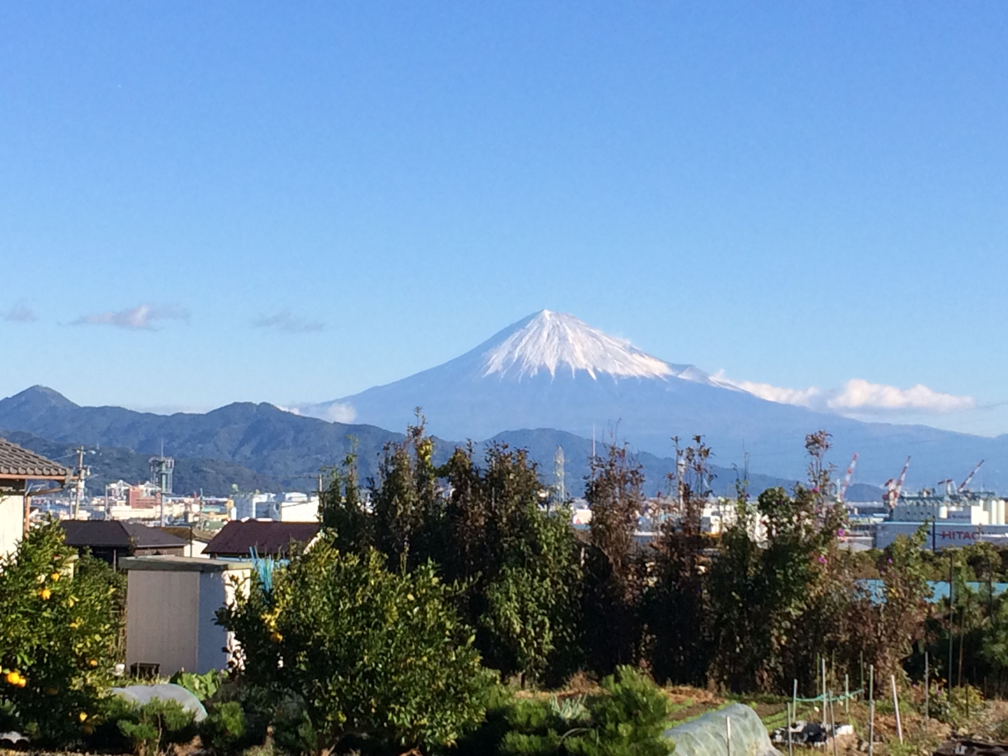 雪の帽子を被ったキレイな富士山
