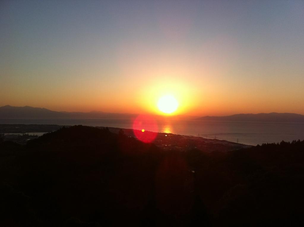 日本平の中腹から写真に撮った駿河湾の日の出