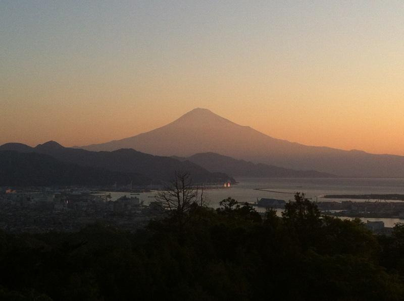 日本平の中腹から写真に撮った富士山
